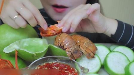 吃货小姐姐吃清蒸小龙虾,蘸上辣椒柠檬汁,酸辣味真过瘾!