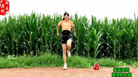 点击观看《减肥瘦身就跳这个《32步动感健身操》简单好学还 暴汗排毒》