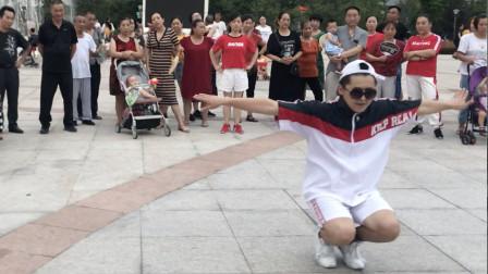 点击观看《鬼步舞怎样跳才正宗?小伙展示高超舞技,路人看得很入迷!》