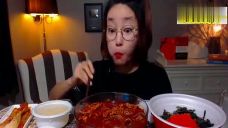 妹子吃货,吃无骨鸡爪配上泡菜,大口大口吃的太香了