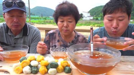 韩国农村小伙,和父母一起吃甜点,这样的美食还真没吃过