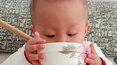 三岁萌宝海海,看这吃饭的架势,就知道肯定饿坏了!