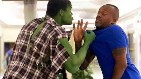 国外爆笑恶作剧,瘦弱的男子一生气就变绿巨人?销售员:大哥有话好好说