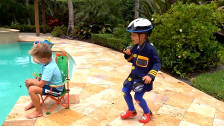 萌娃小可爱们可真是会玩呢!萌娃:熊孩子,这里是禁止钓鱼的,跟我走一趟吧!