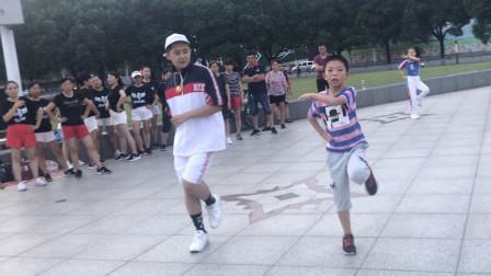 点击观看《鬼步舞高手广场表演被围观,7岁小弟弟一起尬舞,你说才是舞王?》