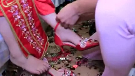 最会搞怪的新郎好不容易拿到婚鞋,却穿不上,真搞笑