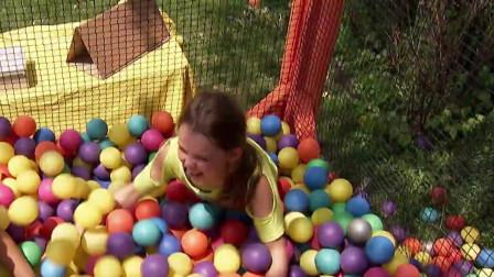 女孩在街头请路人帮忙把球倒进笼子里,路人懵了