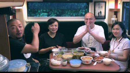 把房车当移动客厅,在重庆用什么美食宴请亲友?看能接待多少人?