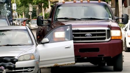 国外街头整蛊,汽车门被卡车撞得惨不忍睹,这恶作剧成本有点高啊