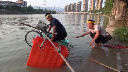 小伙用两个塑料桶自制水上自行车,一下水就翻车,太尴尬了