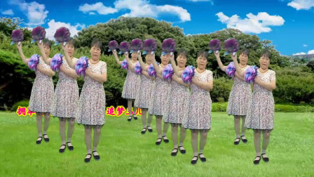 点击观看《简单32步中老年人花球舞《拥军花鼓》》