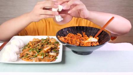 美食吃播大胃王小哥吃辣椒炒肉丝,加大碗炒饭,大口吃的香!