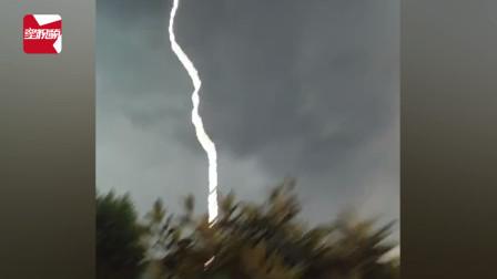 好险!男子雷雨前对着天空录像,下一秒闪电劈到眼前