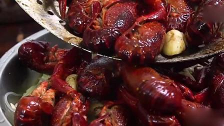 舌尖上的美食:放入13种特色调味料的小龙虾,口感丰富。