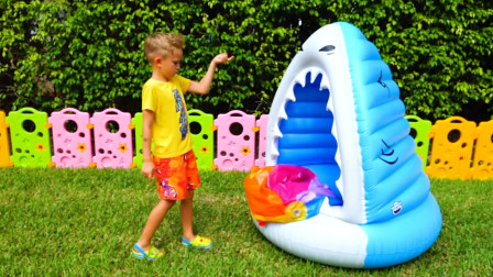 萌娃小可爱们的新玩具没一会儿就坏掉了,真是不让人省心呢!—萌娃:就是这头鲨鱼弄坏的!