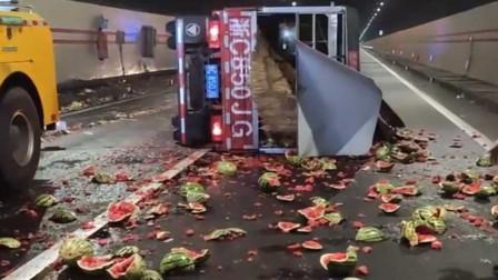 吃货们哭了!宁波一货车侧翻 一车西瓜碎满地所剩无几