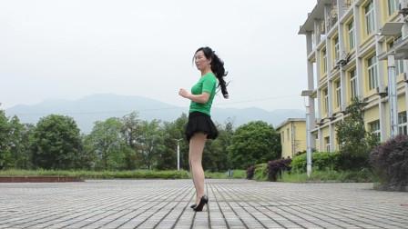 点击观看《优雅莹莹简单健身舞视频 穿高跟鞋跳舞》