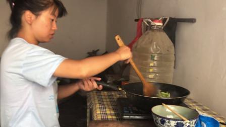 刀豆还可以这么炒,农村姑娘美食做出新高度,一般人不敢吃!