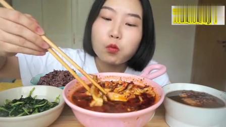 美女吃播麻辣辣的水煮肉、日式红豆拉丝年糕