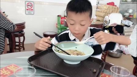 带孩子去吃螺蛳粉,还担心他吃不惯,没想到秒变吃货