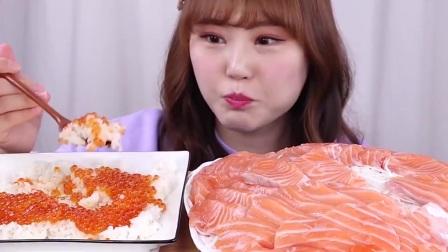 吃货小姐姐吃大份三文鱼,配上鱼籽拌饭,这顿太奢侈了!