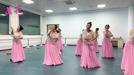 点击观看《练习室古典舞视频莲花 荷花一样的美女》