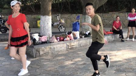 点击观看《19岁帅小伙鬼步舞视频 老少同跳》