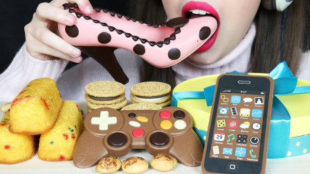 美食福利: 高跟鞋、游戏手柄、手机全变甜食,美女大口得真过瘾