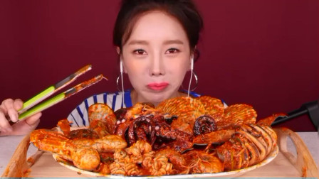 美女:吃货小姐姐吃香辣海鲜宴,扇贝章鱼香辣香,一个比一个过瘾!