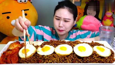 韩国吃播美女;吃炸酱面、酸辣白菜加饮料,吃的真过瘾
