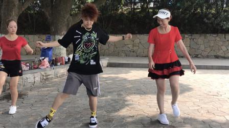 点击观看《17岁小伙和68岁奶奶对跳《情路弯弯》鬼步舞好看》