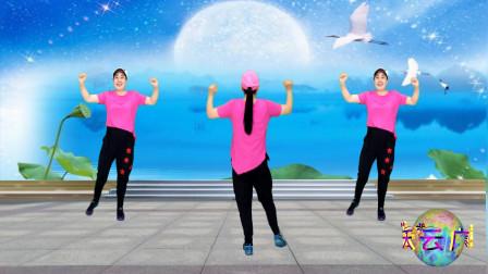 点击观看《蓝天云登山步健身操视频《月亮传奇》锻炼腿部和手臂》
