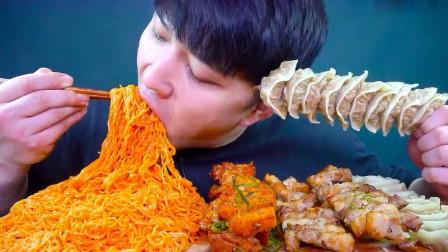 韩国吃货大嘴哥,吃面条,五花肉,饺子,看看这吃法,吃得特别香