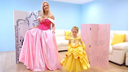 萌娃小可爱准备和妈妈一起去参加公主舞会,小家伙的这条裙子可真漂亮呀!