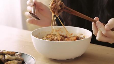 《韩国农村美食》荞麦面煮熟后洗去淀粉,用辣酱拌了,配煎五花肉吃,真香