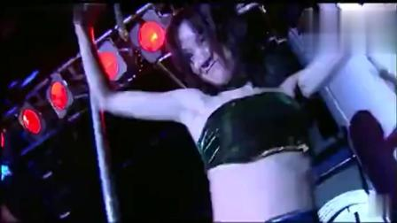美女跳舞太激动,已经控制不住自己了!