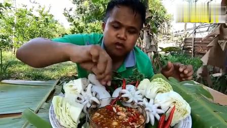 泰国大叔吃播:一盘鱿鱼筒和一大碗辣酱吃的真香