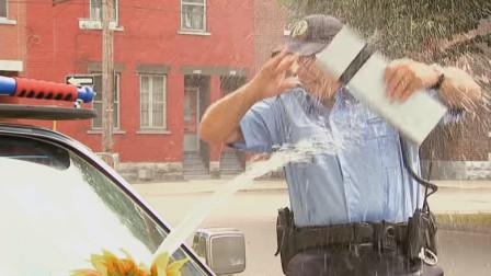 因不满被开罚单用水喷向警察?国外爆笑恶作剧,路人:冤枉啊