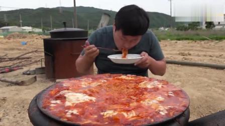 韩国吃播大叔吃一大锅芝士炒年糕,一会功夫全吃光实力吃货