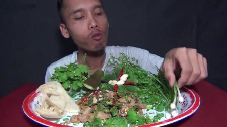 吃播:泰国吃货大叔试吃酱汁毛肚,爽脆的毛肚蘸上辣酱,味道超好吃