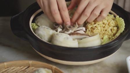《韩国农村美食》拉面煮饺子,放入各种蔬菜垫底,满满一大锅