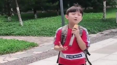 男孩歌唱《万爱千恩》,深情演唱,唱哭无数儿女!