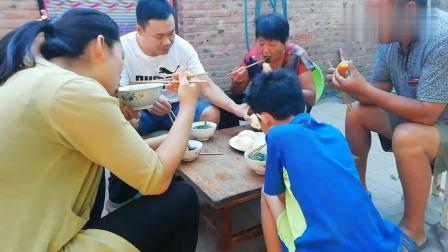 超子熬一锅家乡特色美食小白菜粉汤,泡大饼啃玉米,一家人吃得香