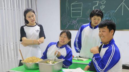 表演课女同学模仿皇后,需要老师和同学配合,没想老师被整惨了!