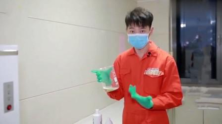 洁厕灵和84消毒液混合一起会发生什么,记者做了个实验,你们看看