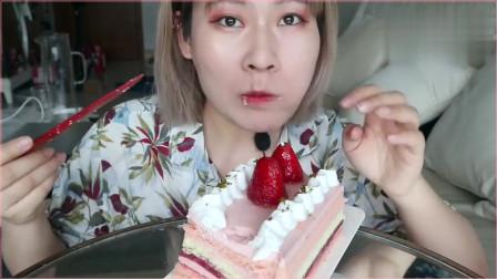 《农村美食》妹子大口吃草莓蛋糕,酸甜的草莓在加上香软的奶油超美味。