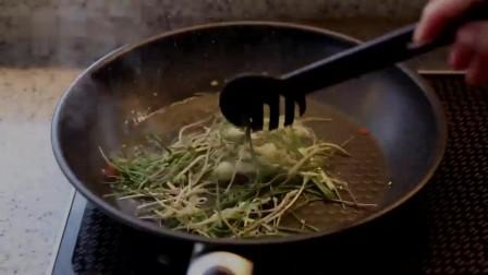 《韩国农村美食》新挖出来的野葱,配上虾仁炒了,拌意大利面真香
