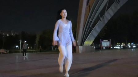 点击观看《全民鬼步舞 青青世界广场舞回到山沟沟》