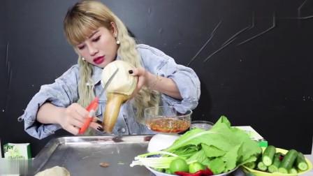 吃播:越南美女吃货试吃顶级海鲜象拔蚌,这么大一只要花不少钱吧!