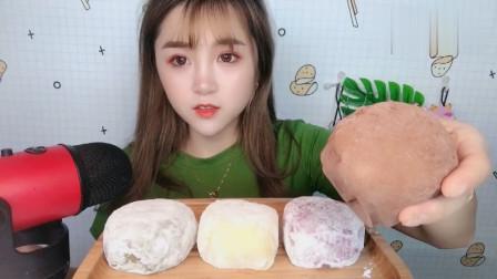 吃货小姐姐,手抓冰皮蛋糕大口吃得太过瘾了,看起来很好吃的样子